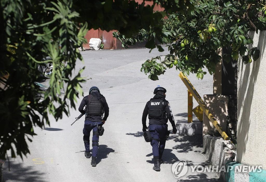 아이티 대통령 사저 인근의 경찰