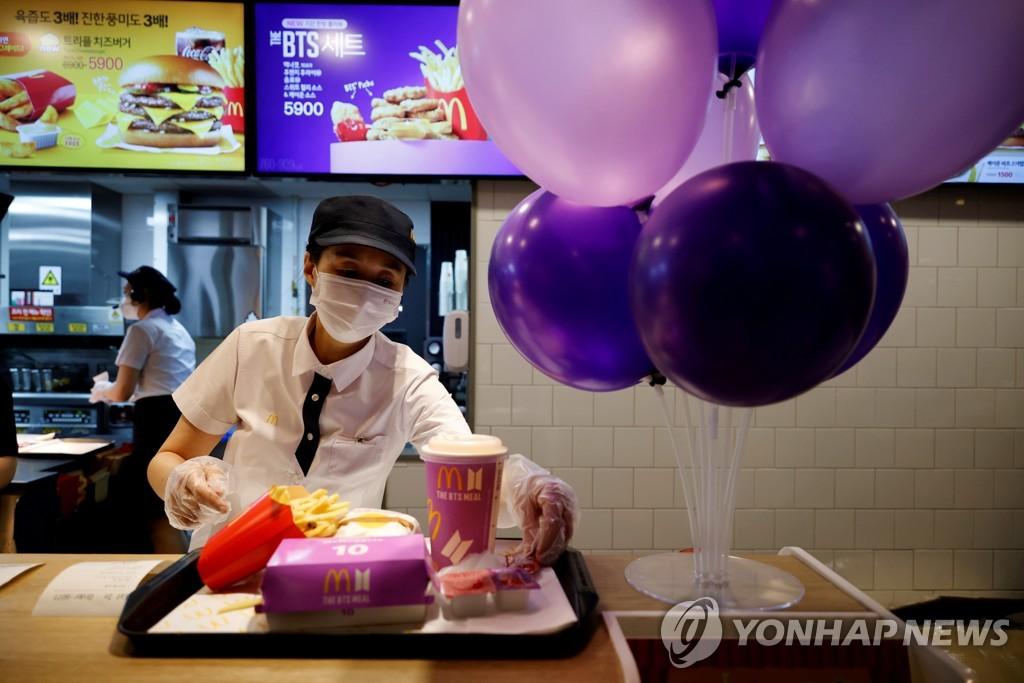 한국 맥도날드 매장에서 일하는 직원의 모습. [로이터=연합뉴스 자료사진]