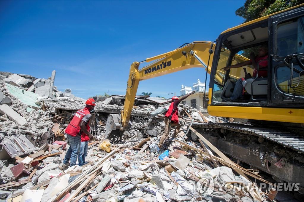 지진으로 무너진 건물 잔해 속에서 생존자 찾는 아이티 구조대원들