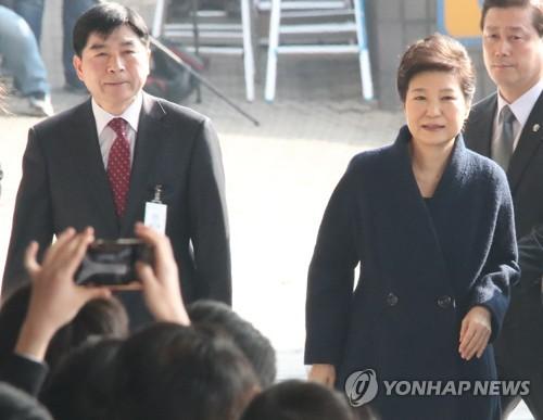 検察に出頭した朴槿恵氏の容疑13...