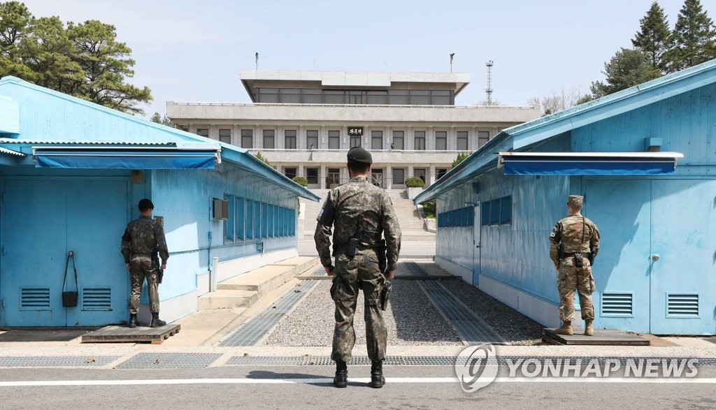 In the file photo taken April 19, 2018, South Korean and U.S. soldiers stand guard at the inter-Korean truce village of Panmunjom, north of Seoul, ahead of the historic inter-Korean summit talks at the village on April 27. (Yonhap)