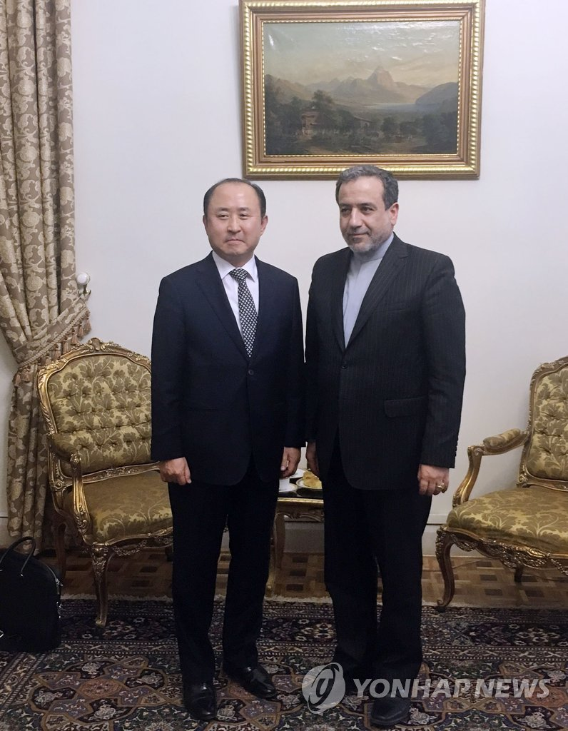 Yun Kang-hyeon (L), South Korea's deputy foreign minister for economic affairs, meets with Abbas Araqchi, Iran's deputy foreign minister for political affairs, in Tehran in this file photo provided by South Korea's embassy there. (Yonhap)