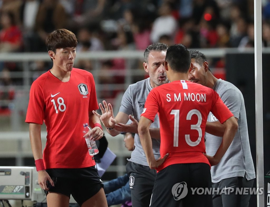 In this file photo taken on Sept. 7, 2018, South Korea national football team head coach Paulo Bento (C) gives direction to Moon Seon-min during a friendly match against Costa Rica in Goyang, north of Seoul. (Yonhap)
