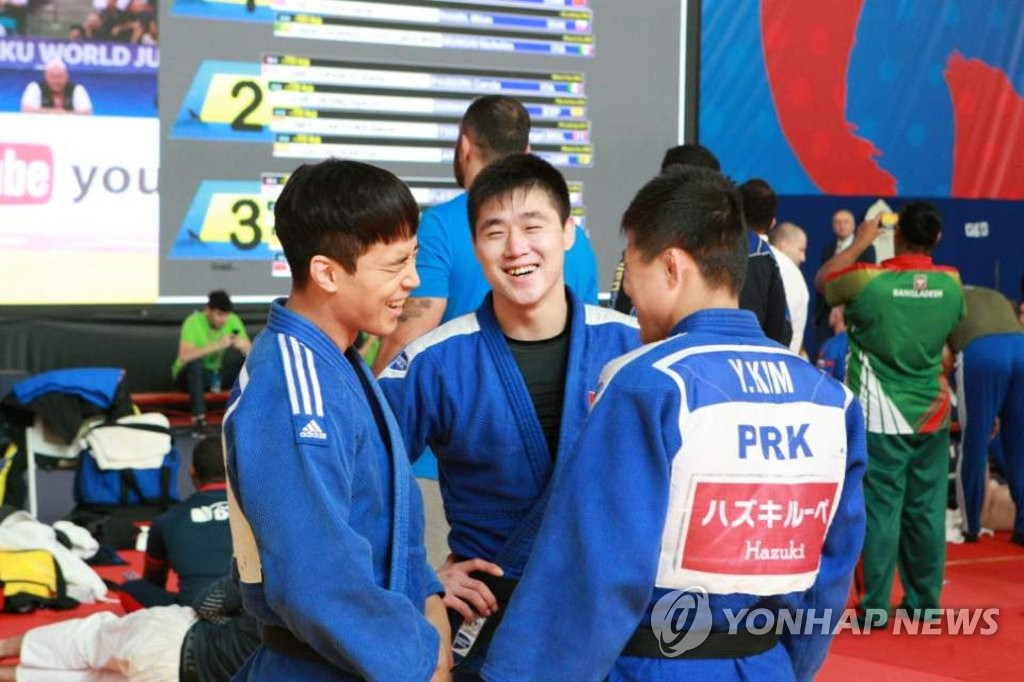In this photo provided by the Korea Judo Association on Sept. 24, 2018, South and North Korean judokas talk to each other during the world championships in Baku, Azerbaijan. (Yonhap)