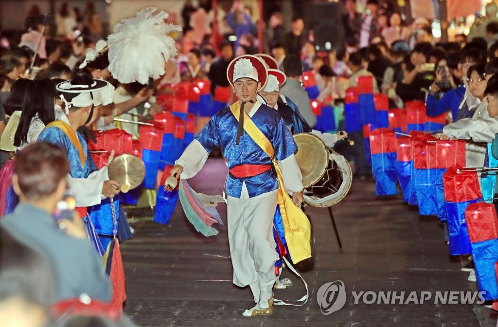 A traditional music performance takes place during the Insa Korea Art and Culture Festival in central Seoul on Oct. 7, 2018, in this file photo. (Yonhap)