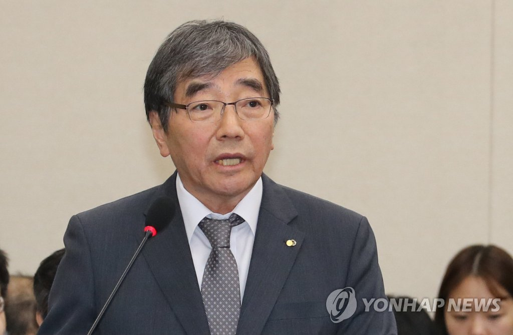 Yoon Suk-heun, governor of the Financial Supervisory Service, speaks during a parliamentary audit on Oct. 12, 2018. (Yonhap)