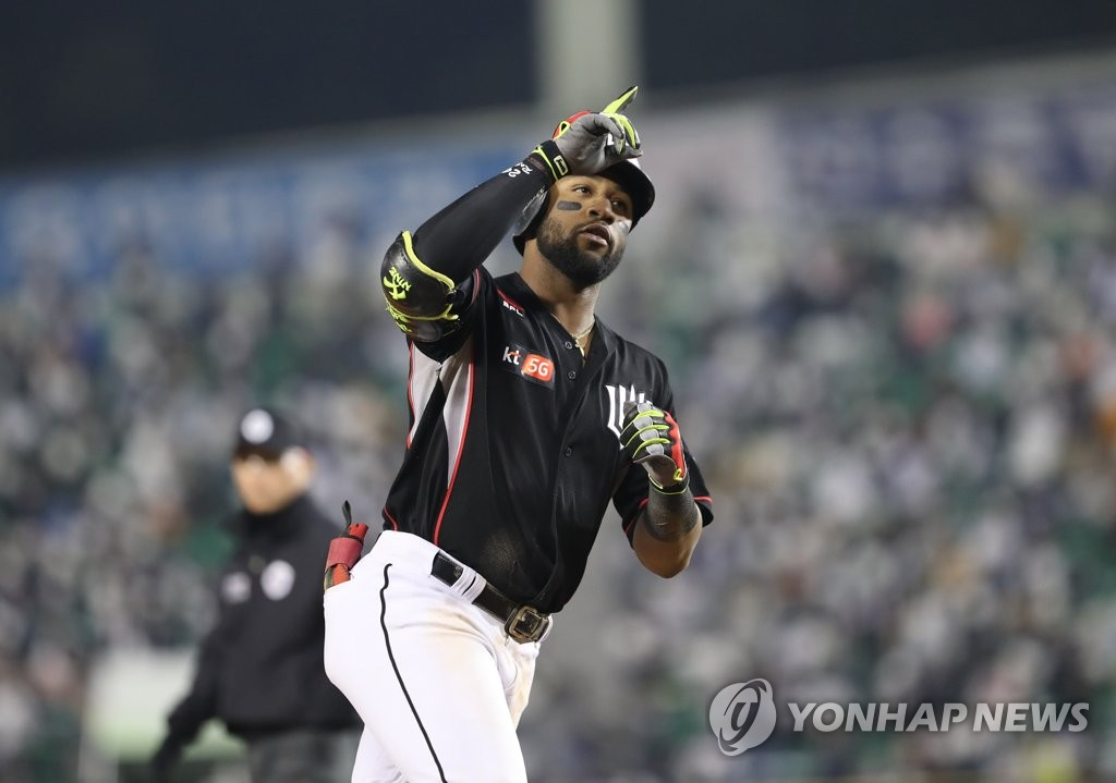 In this file photo from Oct. 13, 2018, Mel Rojas Jr. of the KT Wiz rounds the bases after hitting a solo home run against the Doosan Bears in the top of the eighth inning of a Korea Baseball Organization regular season game at Jamsil Stadium in Seoul. (Yonhap)