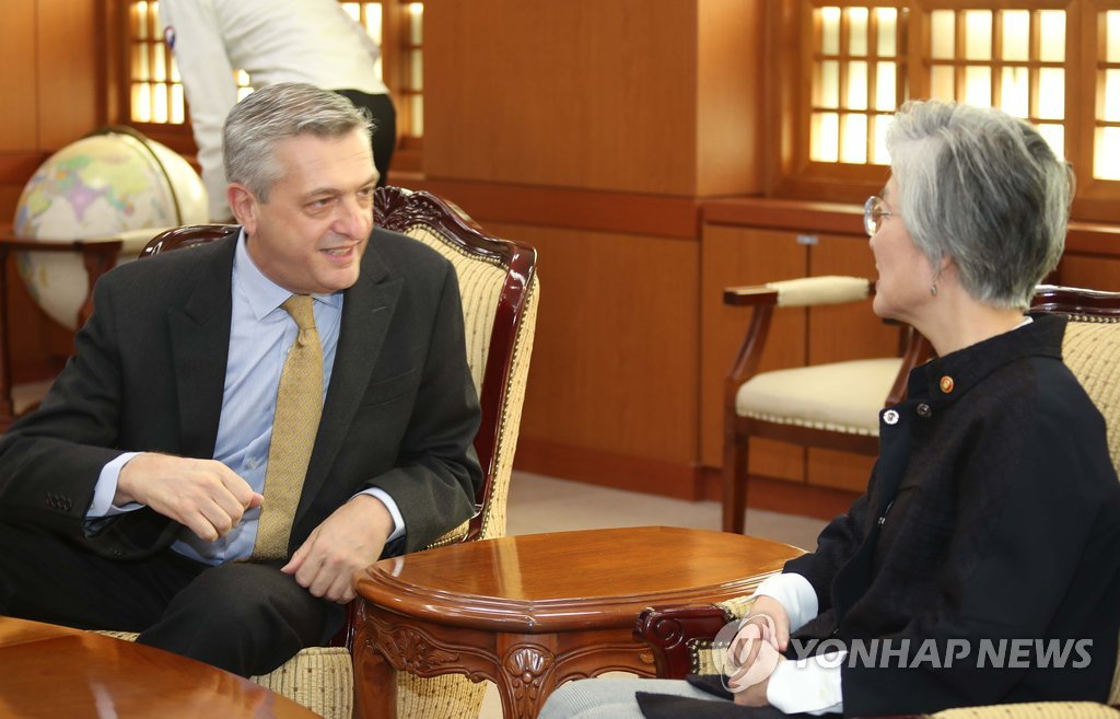 Filippo Grandi, U.N. high commissioner for refugees, talks with South Korean Foreign Minister Kang Kyung-wha in Seoul on Oct. 23, 2018. (Yonhap)