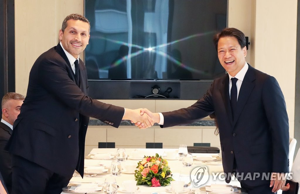 This photo provided by Cheong Wa Dae shows South Korea's presidential chief of staff Im Jong-seok shaking hands with Khaldoon Al Mubarak, chairman of the Executive Affairs Authority of Abu Dhabi, during a meeting in Seoul on Nov. 2, 2018. (Yonhap)