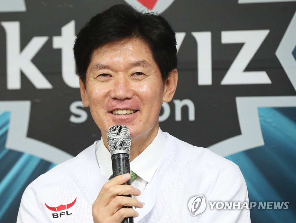 In this file photo from Nov. 18, 2018, Lee Kang-chul, new manager of the KT Wiz baseball club, speaks during his introductory press conference at KT Wiz Park in Suwon, 45 kilometers south of Seoul. (Yonhap)
