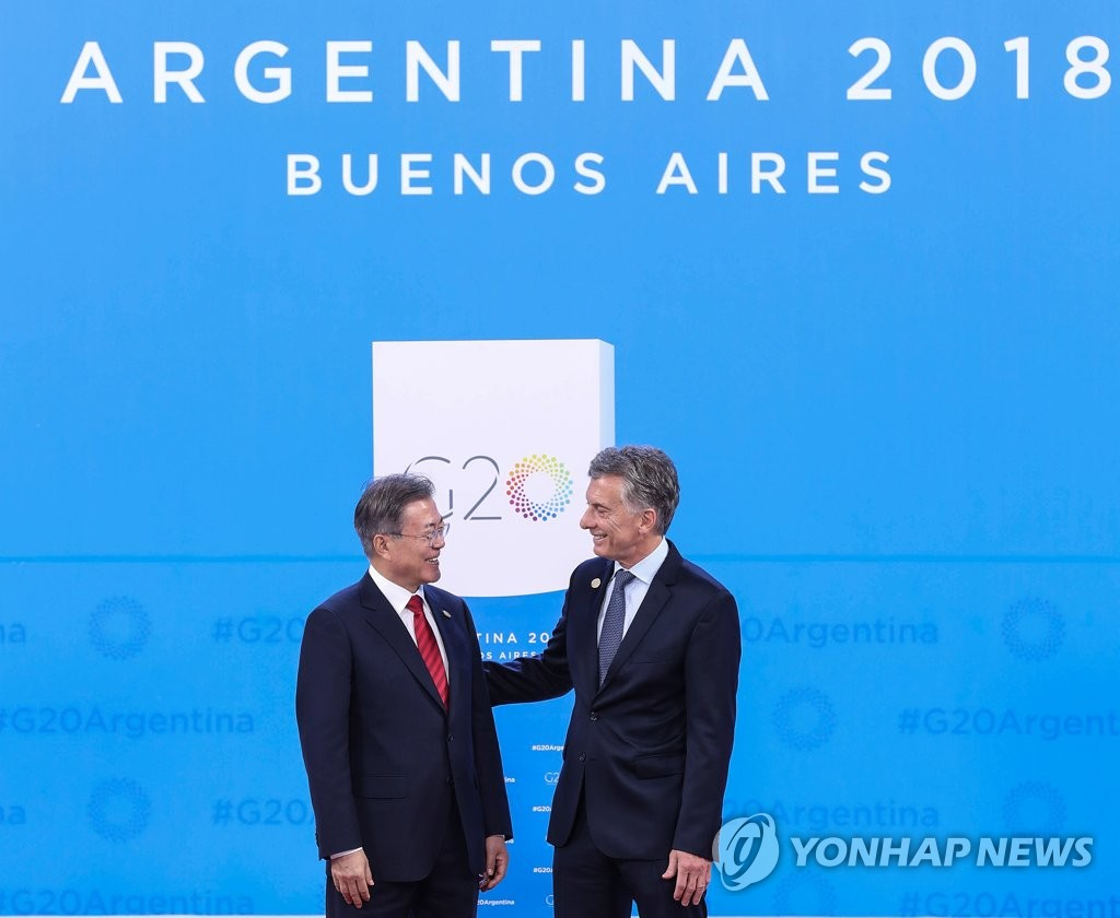South Korean President Moon Jae-in (L) and Argentine President Mauricio Macri pose for a photo before the start of the Group of 20 Leaders' Summit in Buenos Aires on Nov. 30, 2018. (Yonhap)