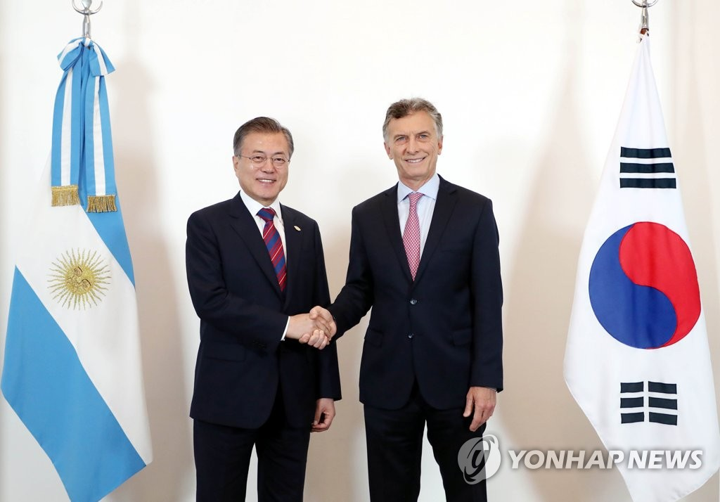 South Korean President Moon Jae-in (L) and Argentine President Mauricio Macri shake hands before holding a bilateral summit in Buenos Aires on Dec. 1, 2018. The South Korean leader arrived in the Argentine capital on Nov. 29 for the Group of 20 Leaders' Summit. (Yonhap)