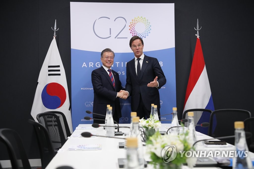 South Korean President Moon Jae-in (L) and Dutch Prime Minister Mark Rutte shake hands before the start of their bilateral talks held on the sidelines of the Group of 20 Leaders' Summit in Buenos Aires on Dec. 1, 2018. (Yonhap)