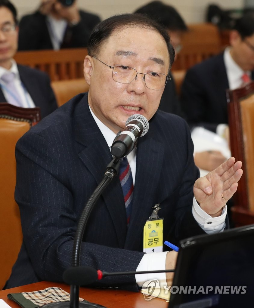 Finance minister nominee Hong Nam-ki answers a lawmaker's question at a parliamentary confirmation hearing on Dec. 4, 2018. (Yonhap)