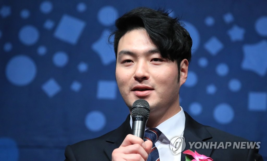 In this file photo taken on Dec. 6, 2018, Nexen Heroes slugger Park Byung-ho speaks after receving an award from the Korea Professional Baseball Alumni Association (KPBAA) at an event in Seoul. (Yonhap)