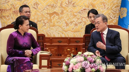 (LEAD) President Moon meets Vietnamese assembly speaker