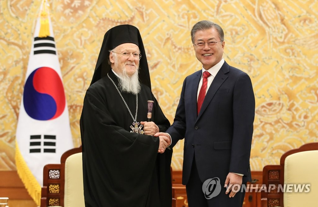 South Korean President Moon Jae-in (R) shakes hands with Bartholomew I, Ecumenical Patriarch of the Orthodox Church, in a meeting held at his office Cheong Wa Dae in Seoul on Dec. 7, 2018. (Yonhap)