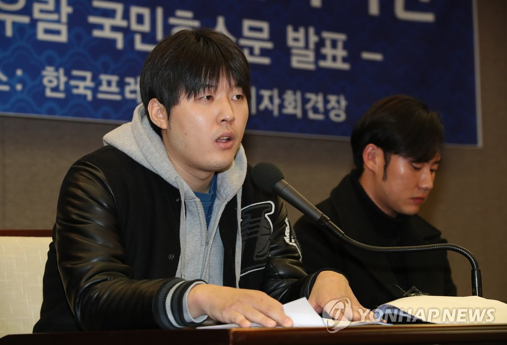 Lee Tae-yang (L), former Korea Baseball Organization pitcher convicted of match-fixing offenses in 2015, speaks at a press conference in Seoul on Dec. 10, 2018, claiming innocence for another former player, Moon Woo-ram, who was also found guilty of fixing games.(Yonhap)