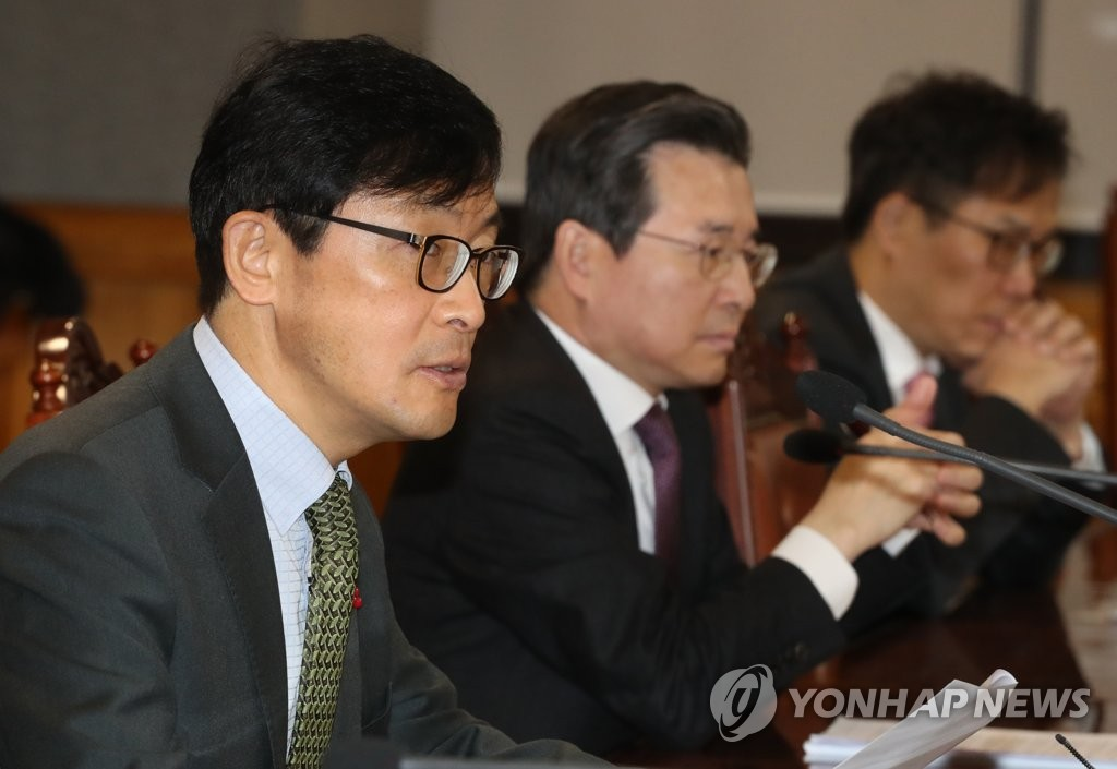 Vice finance minister Lee Ho-seung (L) speaks at a meeting of government policymakers in Seoul on Dec. 20, 2018. (Yonhap)