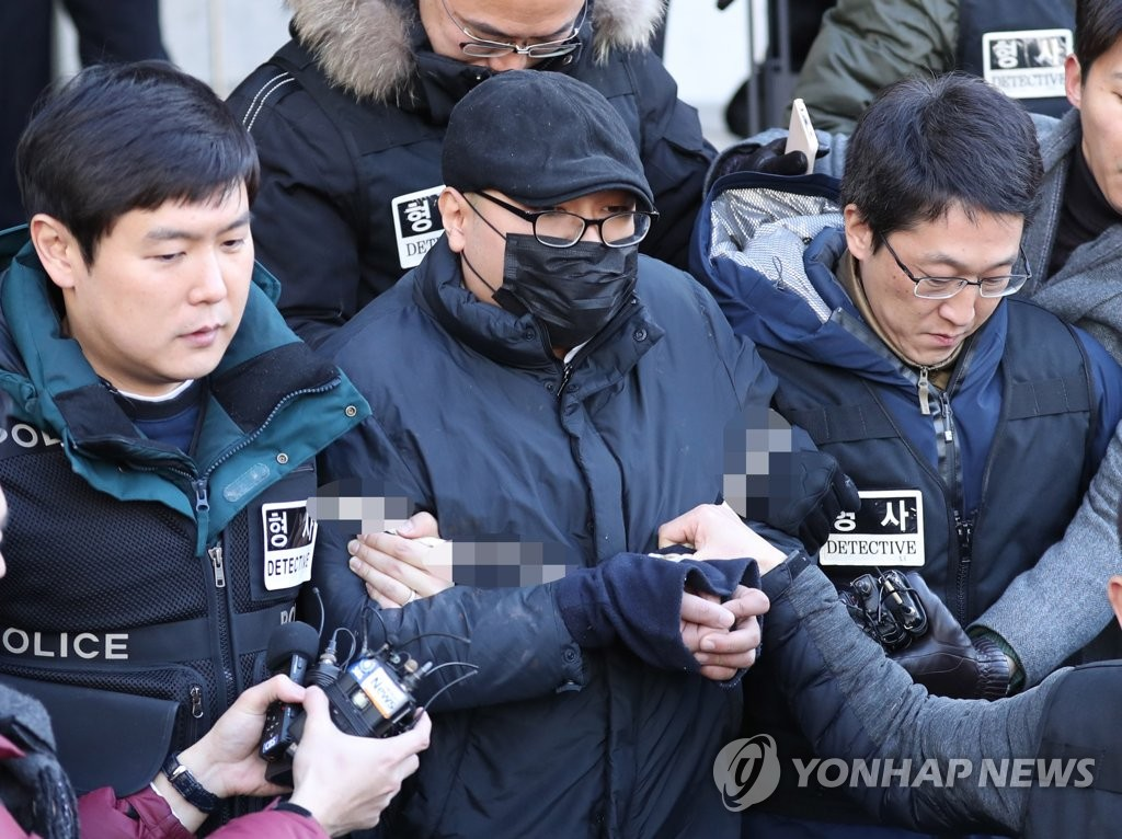 This photo taken on Jan. 2, 2019, shows a 30-year-old suspect, who allegedly killed a psychiatrist while getting treatment at a general hospital, heading to a local court for arraignment. (Yonhap)