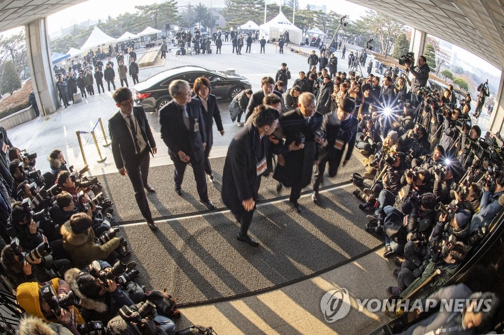 Surrounded by a swarm of reporters and camera crews, ex-Supreme Court Chief Justice Yang Sung-tae walks into the Seoul Central District Prosecutors' Office to be questioned over power abuse allegations on Jan. 11, 2019. (Yonhap)