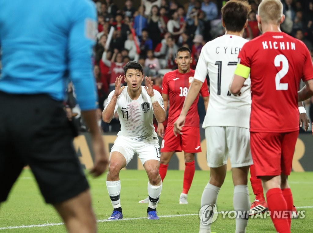 South Korea's Hwang Hee-chan (C) reacts after his shot hit the post during a Group C match against Kyrgyzstan at the AFC Asian Cup at Hazza bin Zayed Stadium in Al Ain, the United Arab Emirates, on Jan. 11, 2019. (Yonhap)