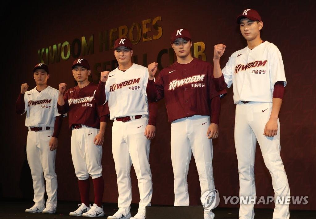 Members of the Kiwoom Heroes baseball club pose in their new uniforms for the 2019 Korea Baseball Organization season in a ceremony in Seoul on Jan. 15, 2019. From left: Choi Won-tae, Seo Geon-chang, Park Byung-ho, Kim Ha-seong and Lee Jung-hoo. (Yonhap)