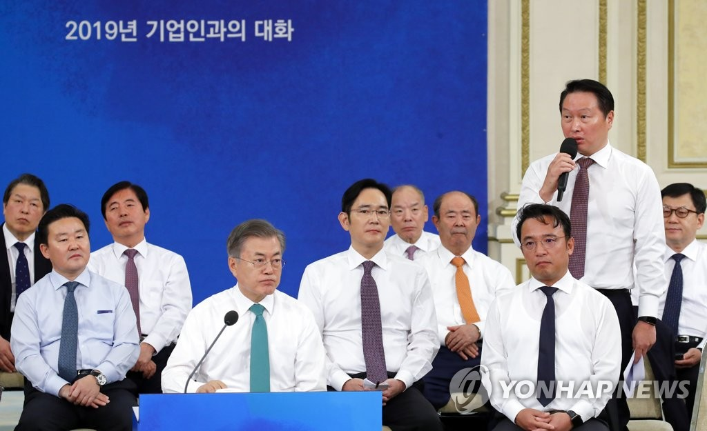 President Moon Jae-in (fourth from L) listens to questions and suggestions from Chey Tae-won, chairman of SK Group, in a meeting held at his office Cheong Wa Dae in Seoul on Jan. 15, 2019, also involving the top executive officers of some 130 other local companies. (Yonhap)