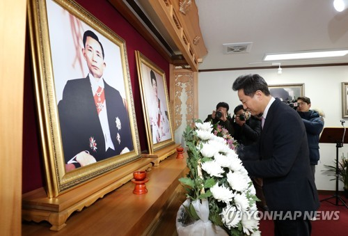 Ex-Seoul mayor visits Park Chung-hee's birthplace