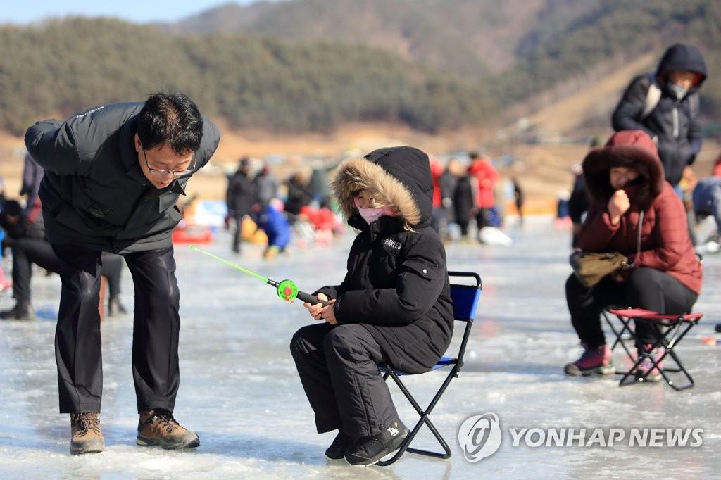 빙어축제장 찾은 최상기 인제군수