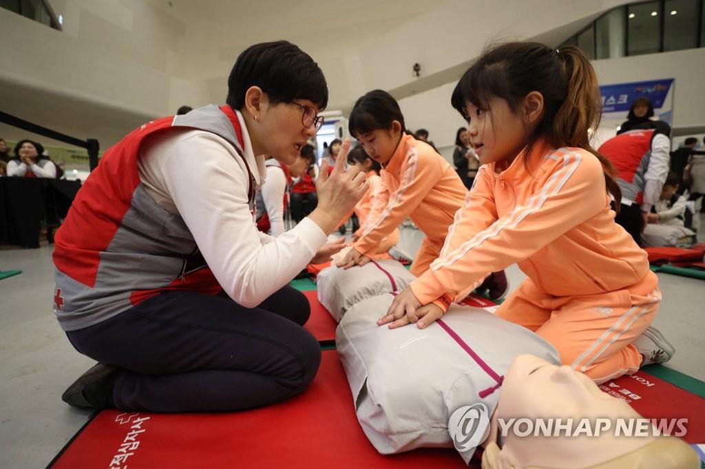 심폐소생술 배우는 어린이들[연합뉴스 자료사진]