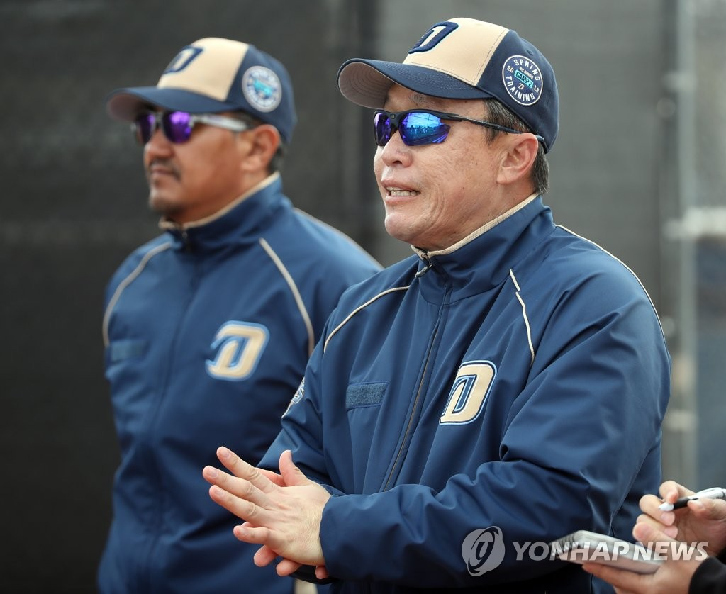Lee Dong-wook (R), manager of the NC Dinos, speaks to reporters after practice during his club's spring training at Reid Park Annex Fields in Tucson, Arizona, on Feb. 18, 2019. (Yonhap)
