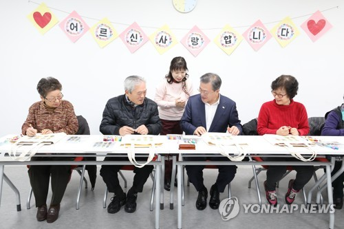 Moon vows efforts to raise retirement age for welfare of elderly people