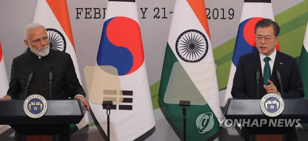 South Korean President Moon Jae-in (R) and Indian Prime Minister Narendra Modi hold a joint press conference on Feb. 22, 2019, at the presidential office Cheong Wa Dae after their summit. (Yonhap)
