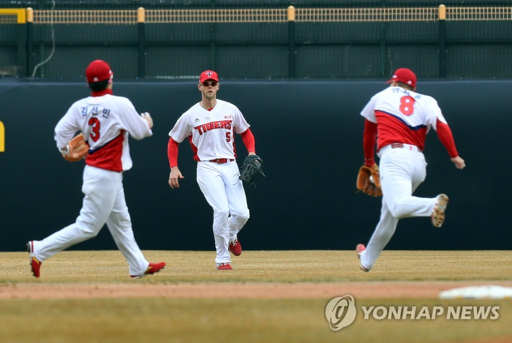 In this file photo from March 12, 2019, Jeremy Hazelbaker of the Kia Tigers (C) is in action in center field against the SK Wyverns during the bottom of the sixth inning of a Korea Baseball Organization regular season game at Gwangju-Kia Champions Field in Gwangju, 330 kilometers south of Seoul. (Yonhap)