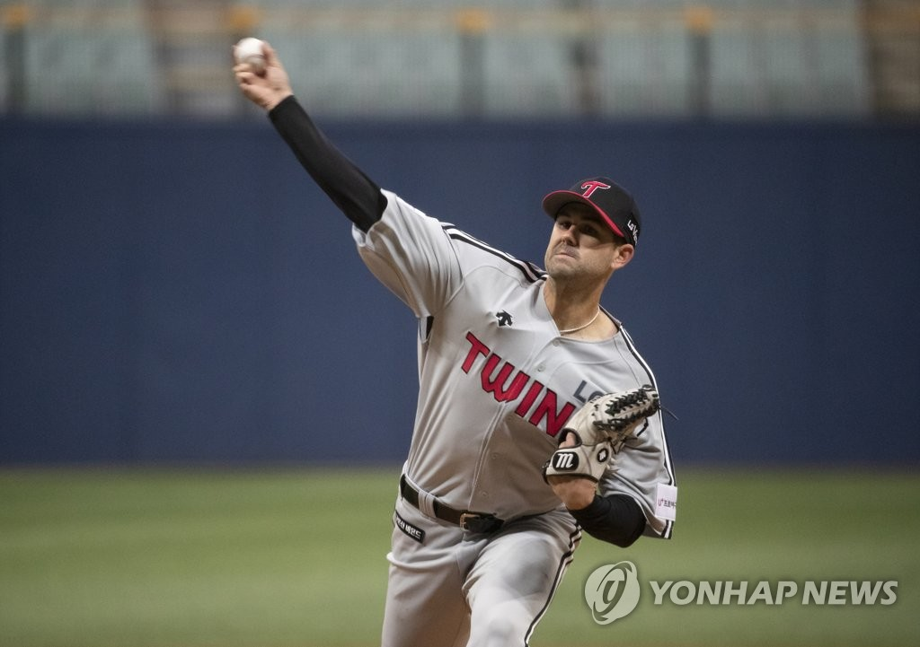 Casey Kelly of the LG Twins throws a pitch against the Kiwoom Heroes in the bottom of the first inning of a Korea Baseball Organization preseason game at Gocheok Sky Dome in Seoul on March 13, 2019. (Yonhap)