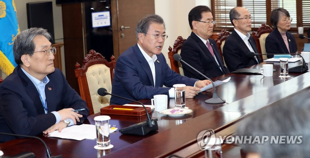 President Moon Jae-in (second from L) speaks in a weekly meeting with his senior secretaries at his office Cheong Wa Dae in Seoul on March 25, 2019. (Yonhap)
