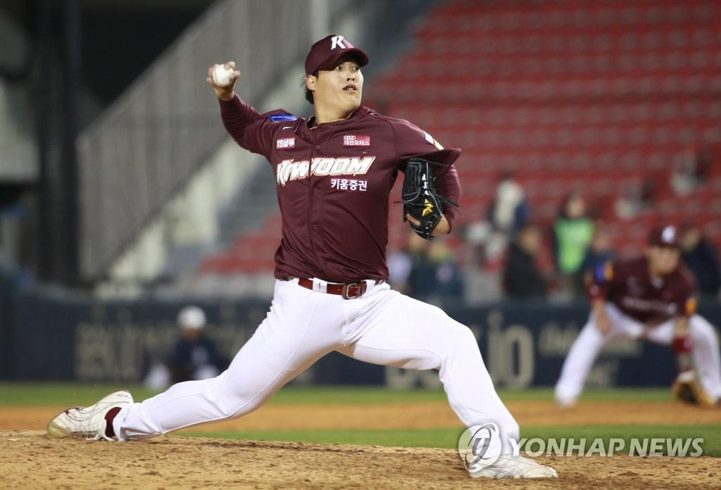 In this file photo from March 28, 2019, Cho Sang-woo of the Kiwoom Heroes throws a pitch against the Doosan Bears in the bottom of the ninth inning of a Korea Baseball Organization regular season game at Jamsil Stadium in Seoul. (Yonhap)