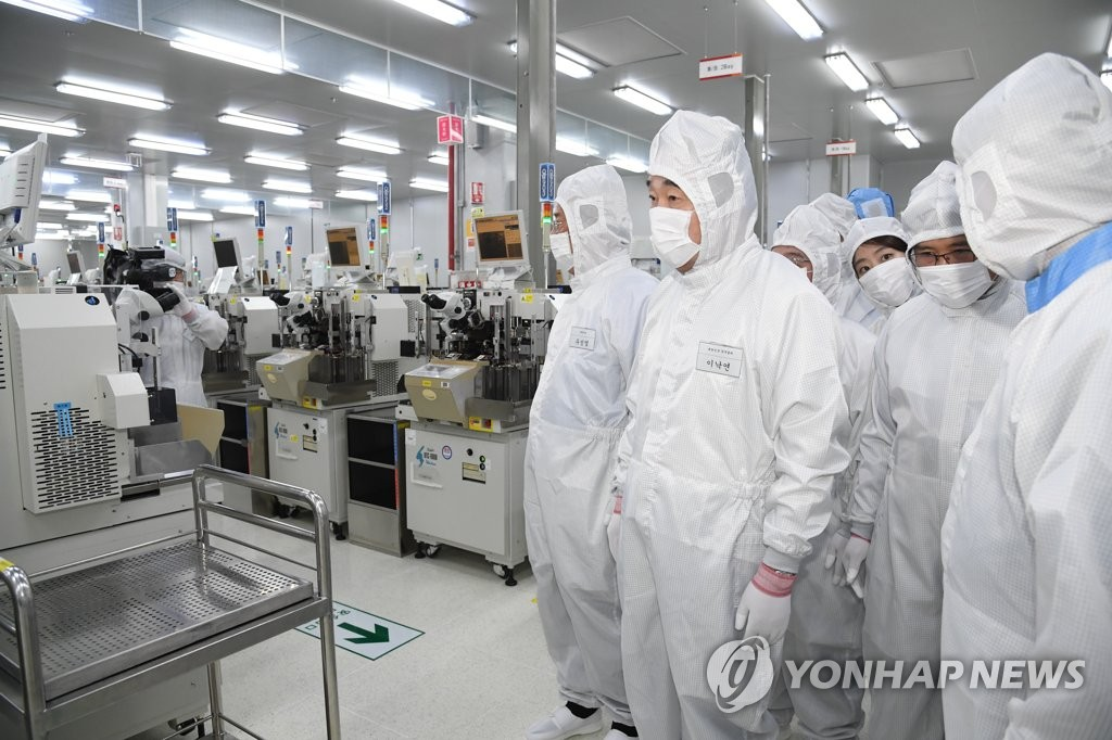 South Korean Prime Minister Lee Nak-yon (2nd from L) visits SK hynix Inc.'s Chongching factory in southwestern China on March 29, 2019. (Yonhap)