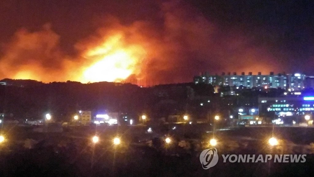 Fire strikes the northeastern border town of Goseong on April 4, 2019. (Yonhap)