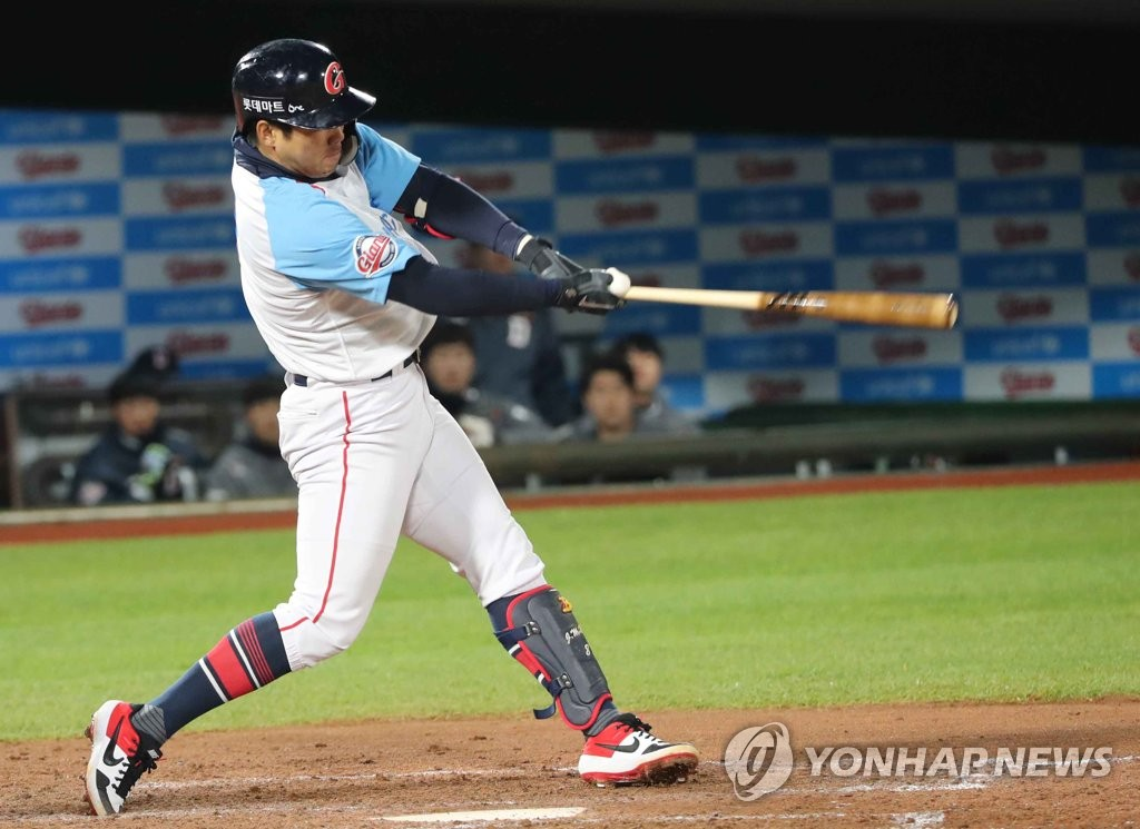 In this file photo from April 11, 2019, Jeon Jun-woo of the Lotte Giants swings the bat against the Doosan Bears in the bottom of the fifth inning of a Korea Baseball Organization regular season game at Sajik Stadium in Busan, 450 kilometers southeast of Seoul. (Yonhap)