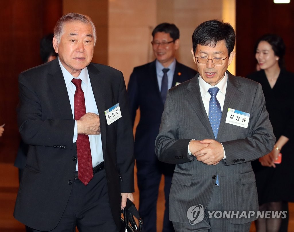 Moon Chung-in (L), special security adviser of President Moon Jae-in, arrives at a hotel in Seoul to moderate a forum on inter-Korean relations on April 17, 2019. (Yonhap)