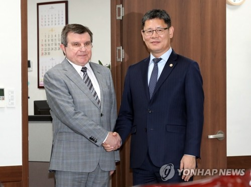 (LEAD) Unification minister meets Russian ambassador ahead of Kim-Putin summit