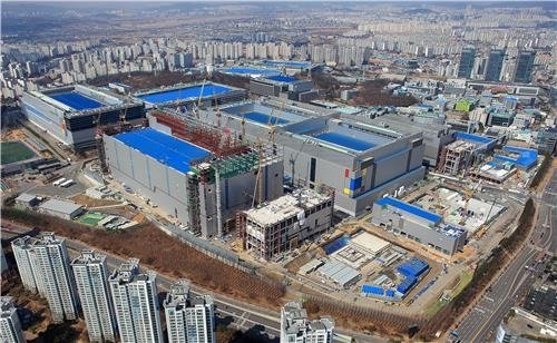Samsung Electronics Co.'s fabrication line in Hwaseong, south of Seoul, is shown in this photo provided by the company on April 24, 2019. (PHOTO NOT FOR SALE) (Yonhap)