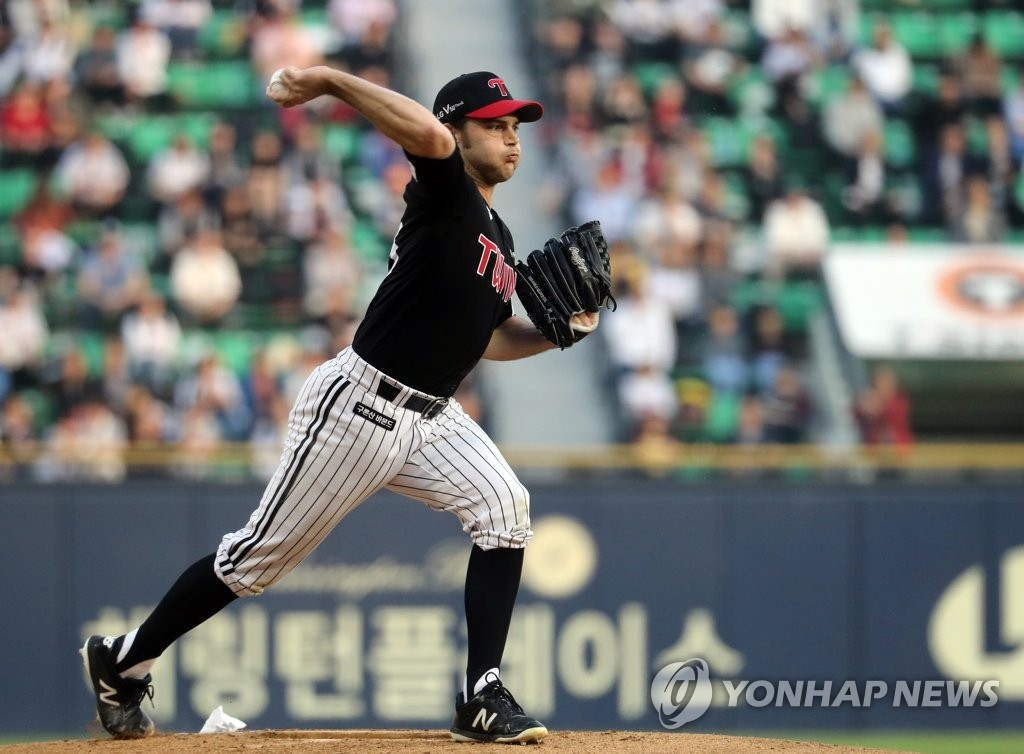 Tyler Wilson of the LG Twins checks the runner at first base in the bottom of the first inning of a Korea Baseball Organization regular season game against the Doosan Bears at Jamsil Stadium in Seoul on May 3, 2019. (Yonhap)