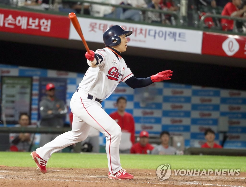 Son Ah-seop of the Lotte Giants takes a swing during a Korea Baseball Organization regular season game against the SK Wyverns at Sajik Stadium in Busan, 450 kilometers southeast of Seoul, on May 3, 2019. (Yonhap)