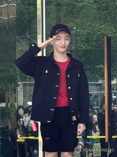 Wanna One's Yoon Ji-sung joins army