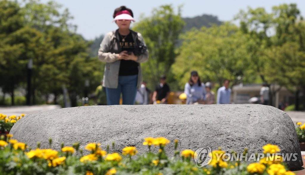 South Koreans visit Bongha Village in Gimhae, some 450 kilometers southeast of Seoul, on May 22, 2019, one day before the 10th anniversary of the death of former President Roh Moo-hyun. (Yonhap)