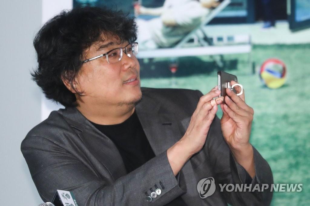 동영상 촬영하는 봉준호 감독