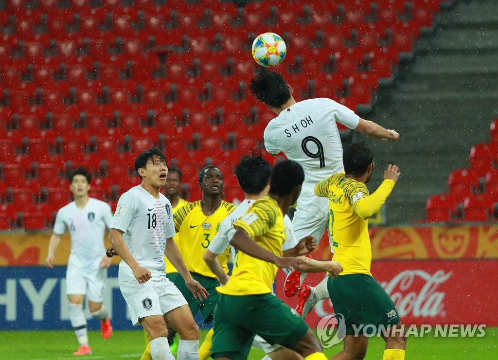 Oh Se-hun of South Korea (No. 9) attempts a header against South Africa in the teams' Group F match at the FIFA U-20 World Cup at Tychy Stadium in Tychy, Poland, on May 28, 2019. (Yonhap)